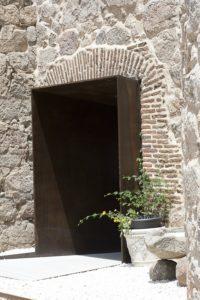Acceso a la bodega del Castillo de la Coracera